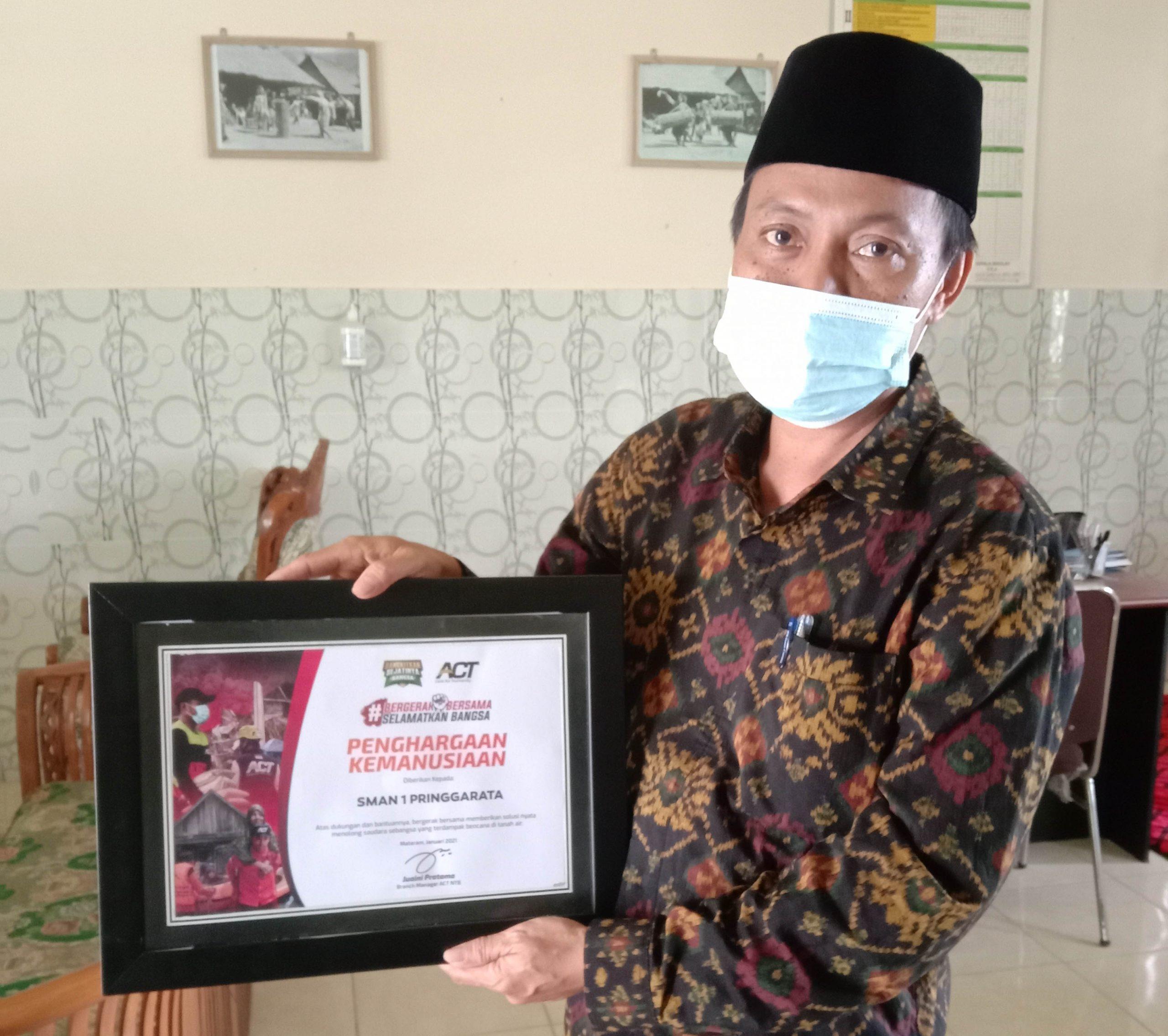 Ikut Salurkan Bantuan untuk Korban Bencana, SMAN 1 Pringgarata Raih Penghargaan Kemanusiaan.